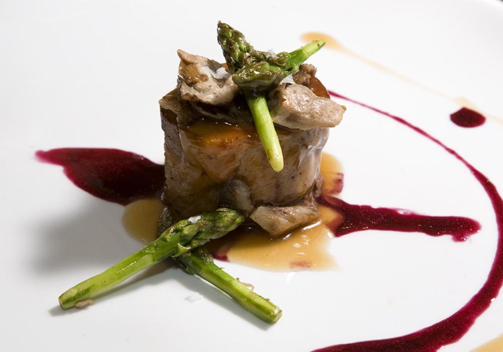 Restaurante Hotel Juanito Cordero Asado con reducción de Vino Tinto y salteado de Setas y Espárragos